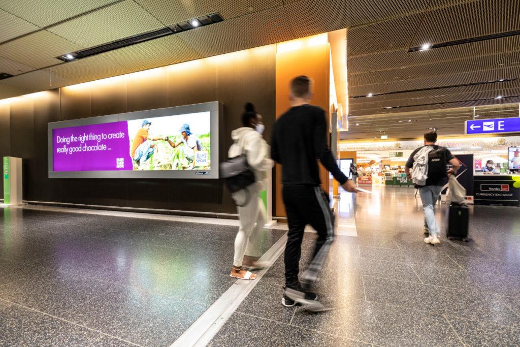 Ein großes Lightbox-Plakat lädt Passanten per QR-Code zur Interaktion ein. (Bild: Frankfurter Flughafen)