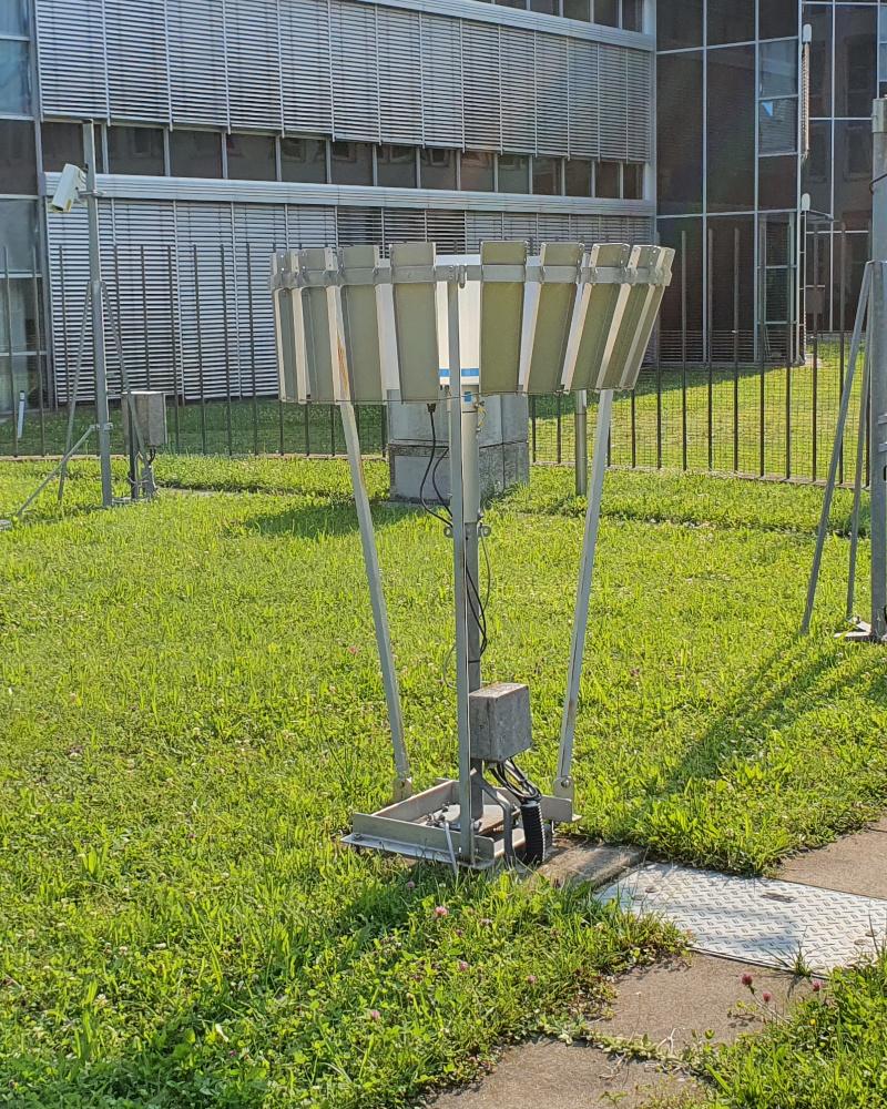 Man muss erst auf der Internetseite des Deutschen Wetterdienstes recherchieren, was die Geräte messen. Warum nicht über Digital Signage kommunizieren? Hier zu sehen: ein Gerät zur Messung der Niederschlagsmenge. (Foto: invidis)