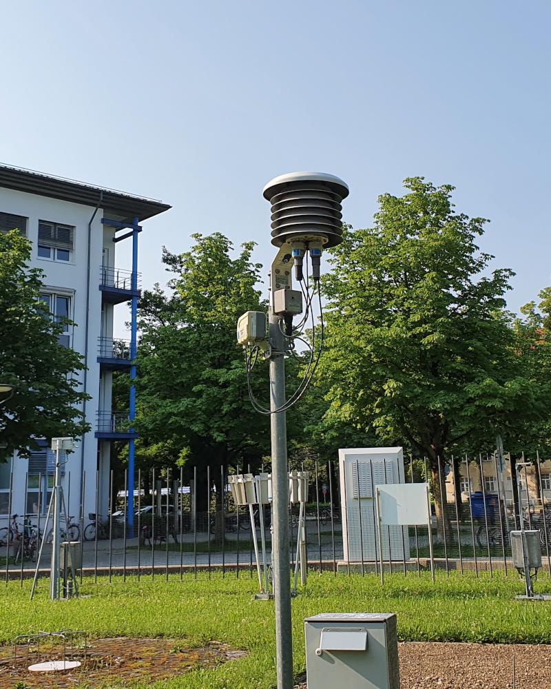 Man muss erst auf der Internetseite des Deutschen Wetterdienstes recherchieren, was die Geräte messen. Warum nicht über Digital Signage kommunizieren? Hier zu sehen: ein Gerät zur Messung der Lufttemperatur. (Foto: invidis)