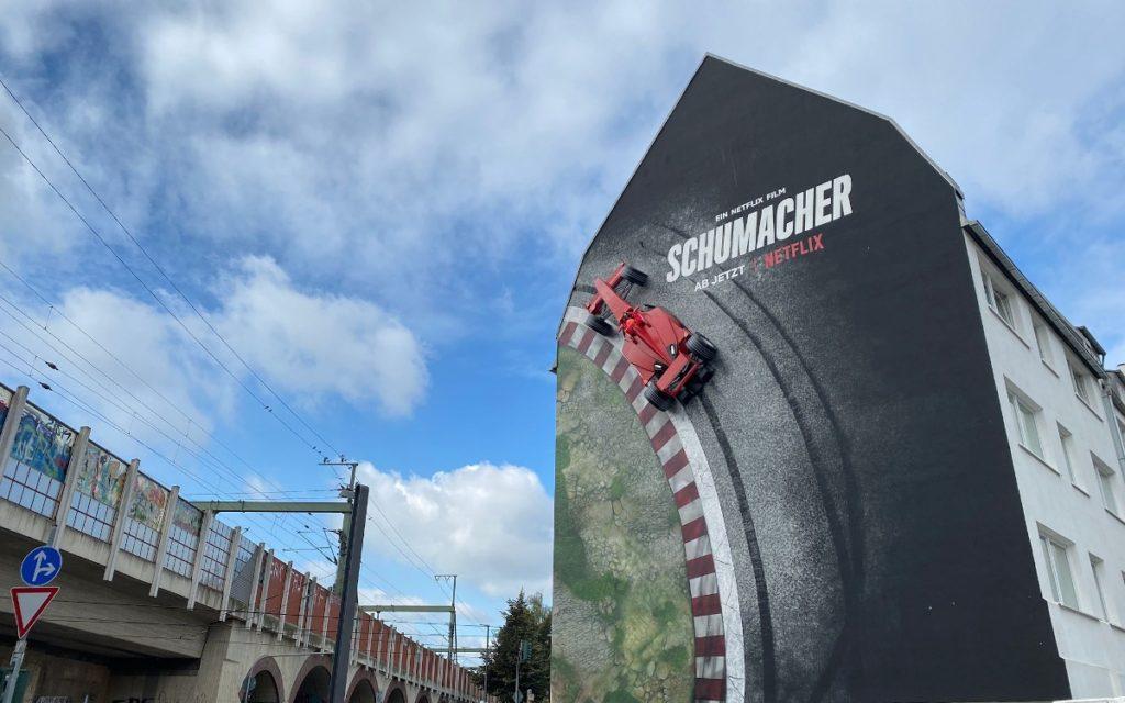 Die Fassade wird zur Story - Netflix bewirbt Schumacher-Doku (Foto: Cromatics)