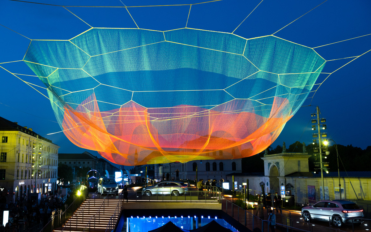 Kunst am Bau - Mercedes verwandelte den Odeonsplatz in ein begehbares Kunstwerk (Foto: Messe München)
