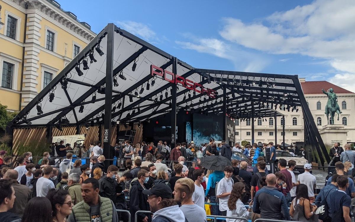 Besucher am Porsche IAA-Stand in der Innenstadt von München (Foto: invidis)