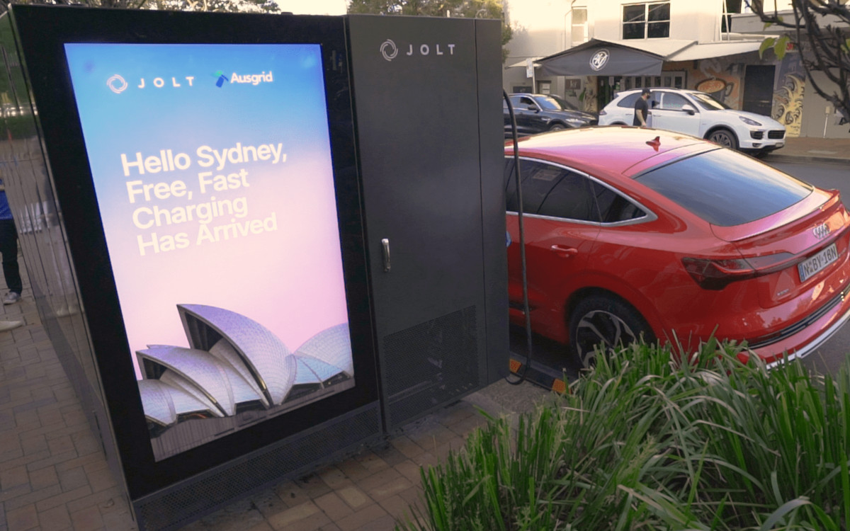 Jolt Schnellladesäule - DooH trifft Trafostation in Sydney (Foto: Jolt)
