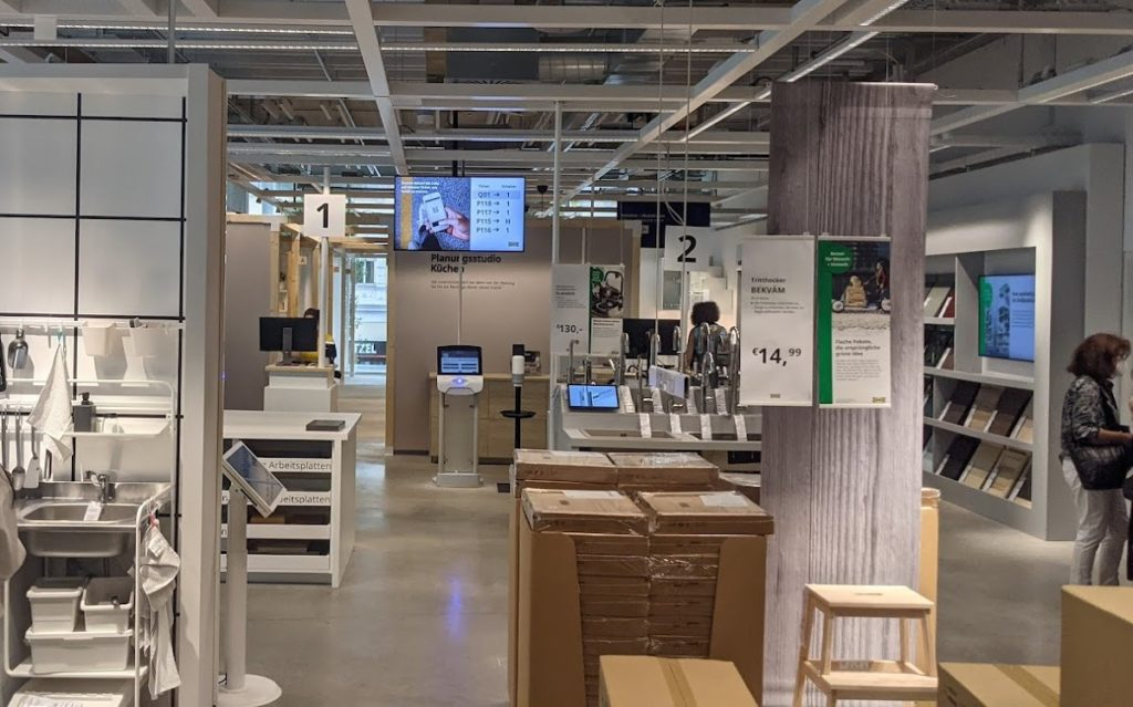 Fünf Screens auf einen Blick - Ikea setzt auf Digital Signage in Wien (Foto: invidis)