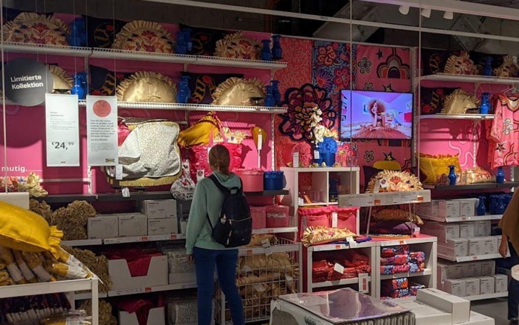 Displays bringen Dynamik in die Produktpräsentation bei Ikea (Foto: invidis)