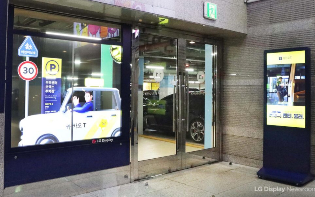 Die Glasscheiben des Parkhauses im Gangnam-Viertel sind mit transparenten OLED-Panels ausgestattet. (Foto: LG Display)