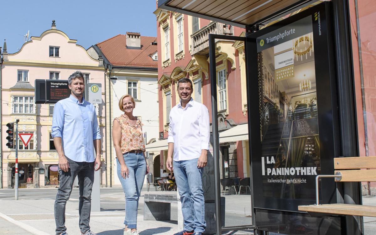 Posieren vor einem der OoH-Sujets (von links): Matthias Pristach (Stoke Six Agency), Brigitte Huber (Epamedia), Cingiz Überbacher (Paninothek). (Foto: Epamedia)
