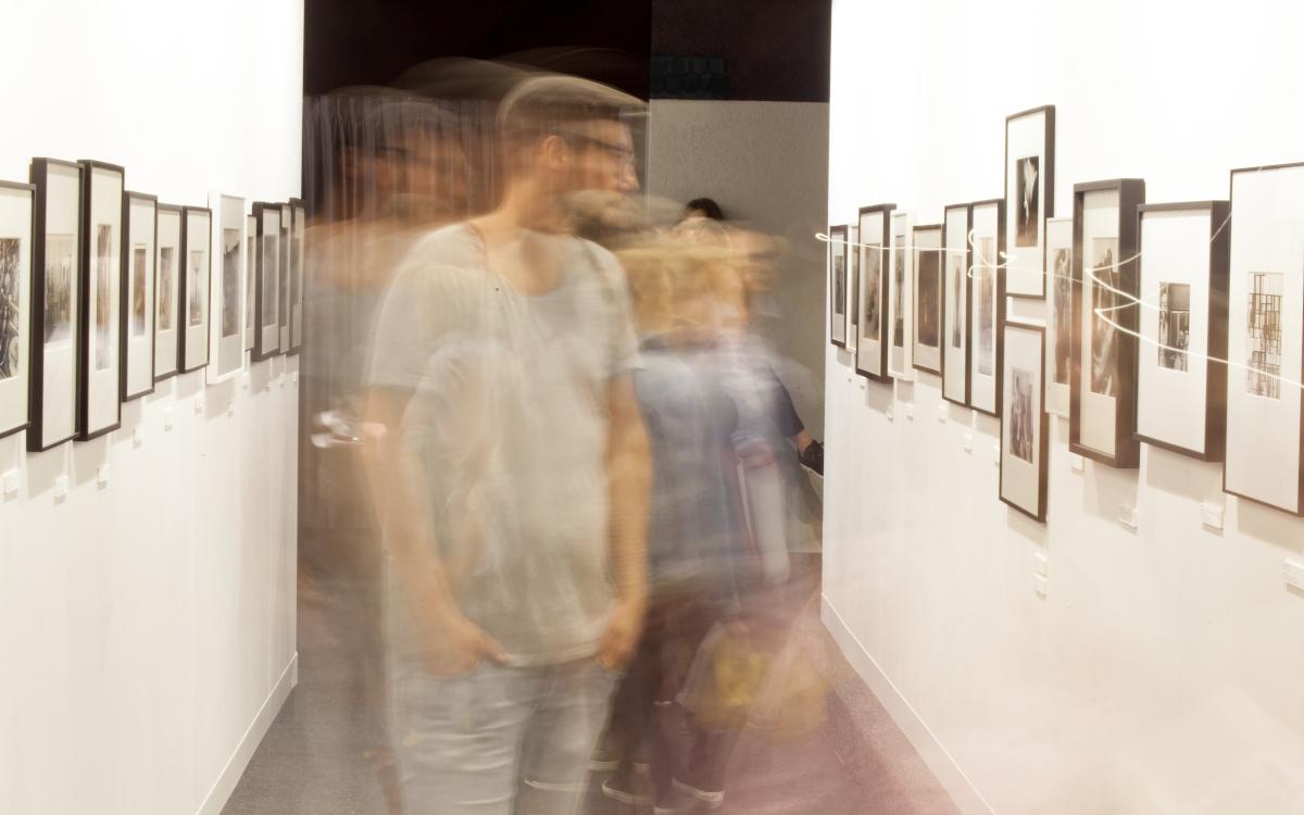 Besucher und gerahmte Fotos auf der photo basel 2020: Wie viel wird davon in Zukunft digital sein? (Foto: photobasel)