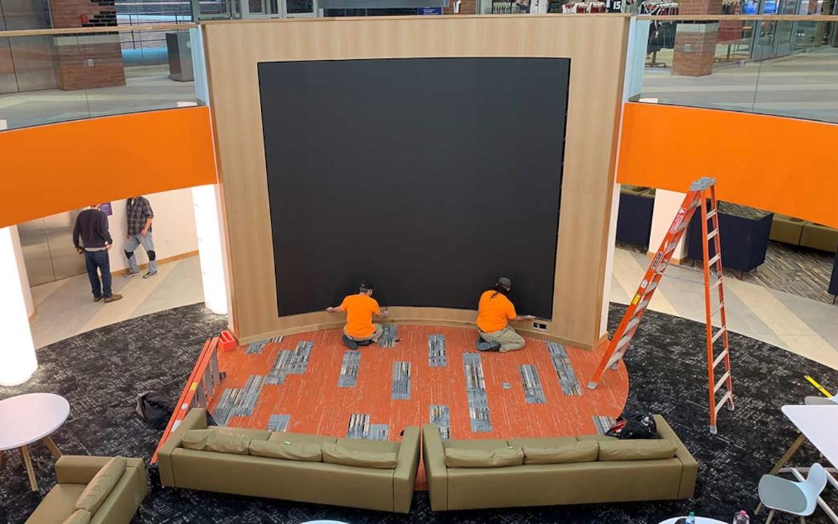 Installation der LED-Videowand für die Syracuse University durch Diversified und Daktronics. (Foto: Daktronics)