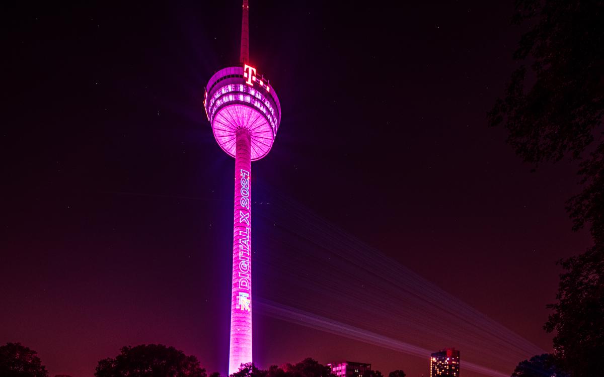 Der Colonius erstrahlt in Telekom-Magenta. (Foto: Deutsche Telekom AG)
