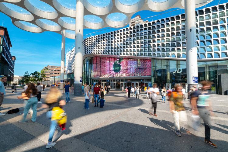 Der transparente Neo-Screen von blowup media hängt über dem Eingang des Einkaufszentrums Hoog Catharijne. (Foto: blowup media)