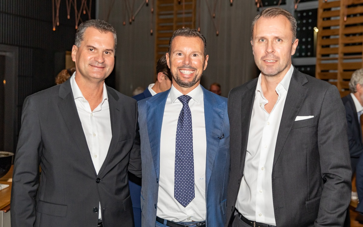 Europas Top-3-Integratoren bei invidis (von links): Alberto Cáceres (Trison), Manlio Romanelli (M-Cube) und Per Mandorf (ZetaDisplay) auf der Executive Lounge (Foto: invidis)