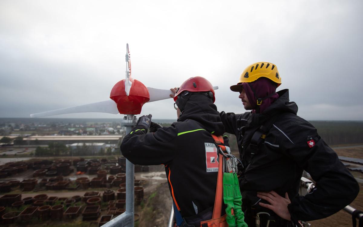 Als Teil seiner Grünstrom-Initiative installiert Vodafone in Kooperation mit Mowea auf Handymasten kleine Windräder. (Foto: Vodafone)