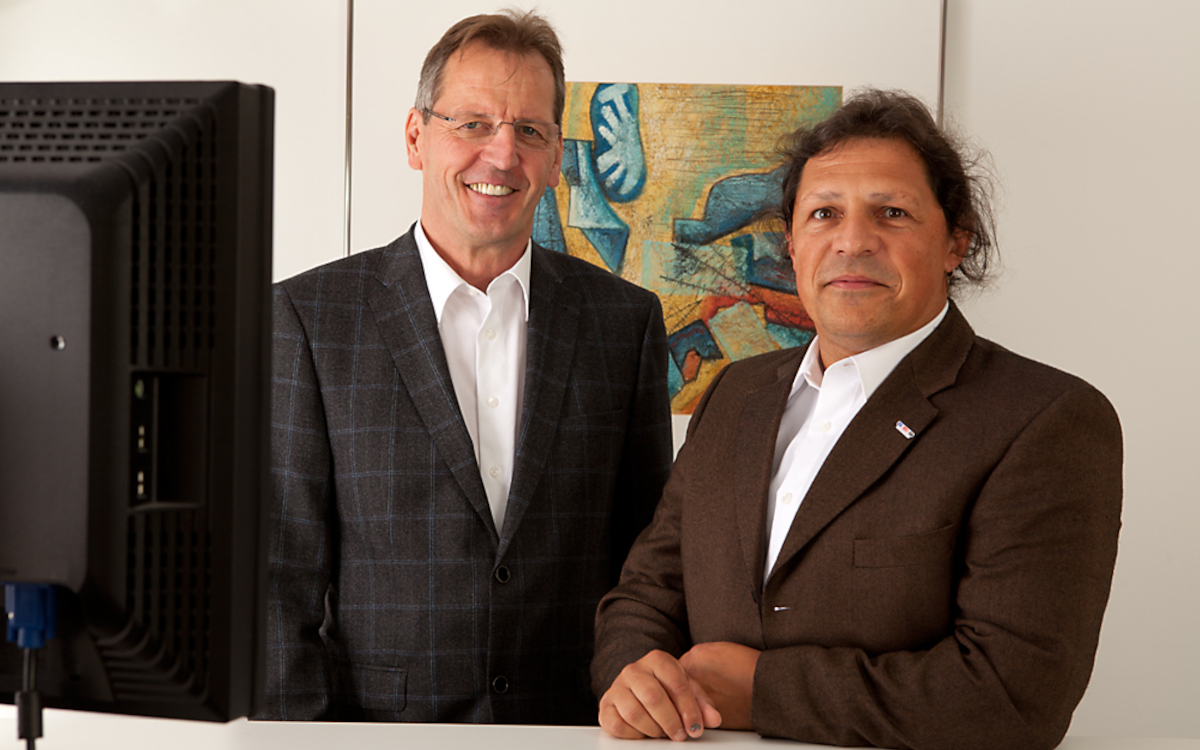Claus Lohse (links) und Erich Müller gründeten 1996 syscomtec. (Foto: syscomtec Distribution AG)