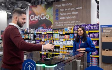 Im neuen Tesco-Store muss der Kunde lediglich einchecken, beim Verlassen werden die mitgenommenen Waren automatisch abkassiert. (Foto: Ben Stevens/Parsons Media)