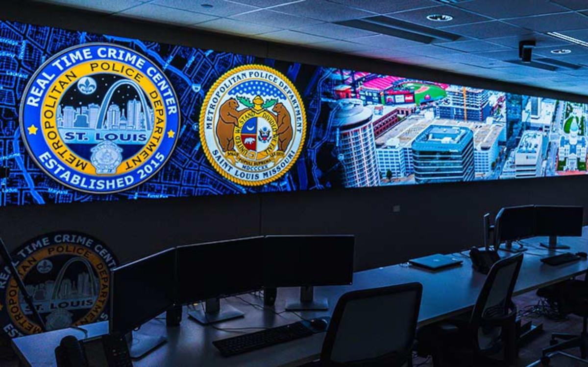 In seiner Einsatzzentrale installierte das St. Louis Metropolitan Police Department eine große LED-Wand. (Foto: Daktronics)